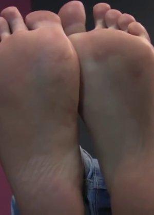 Милая куколка демонстрирует свои подмышки, снимает кеды и показывает ножки - фото 55