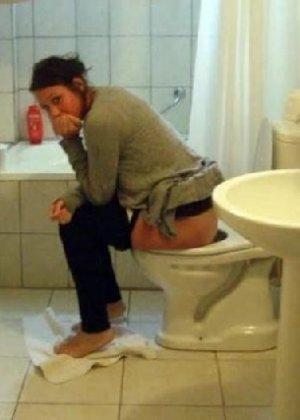 Девчонок подстерегли в туалете, сфотографировали и выложили в сеть - фото 29