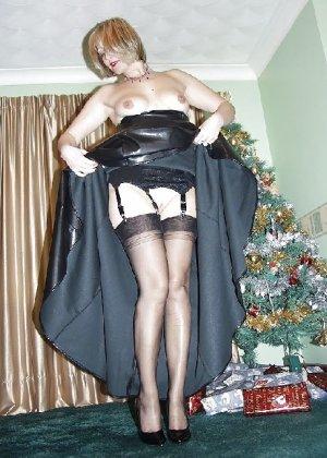 Попросила сфотографировать ее под елкой, а сама надела откровенные наряды - фото 11