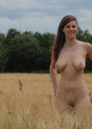 Девушка обнаженной вышла в поле ради отличных снимков - фото 7