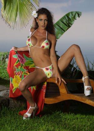 Красивая девушка в мини бикини - фото 10