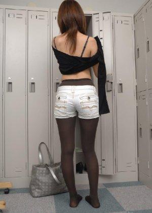 Рыженькая азиатка переодевается в более строгую одежду - фото 5