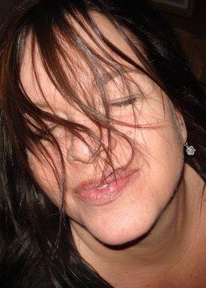 Откровенные снимки брюнетки с клубничкой во рту - фото 14