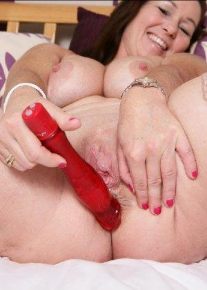 Зрелая британская женщина на все готова в постели - фото 31