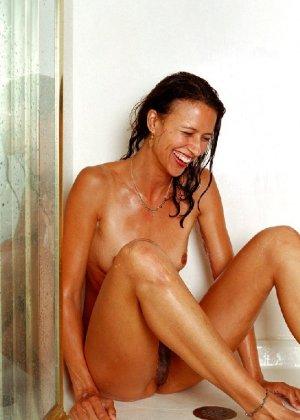 Стройная и зрелая женщина Александра купается в душе - фото 13