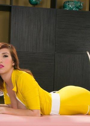 Эприл ОНейл снимает с себя желтый костюм и остается совсем голой, показывая мохнатую пизденку - фото 8