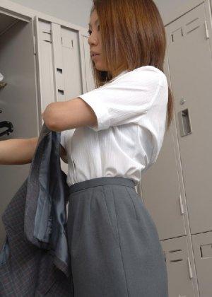 Рыженькая азиатка переодевается в более строгую одежду - фото 27