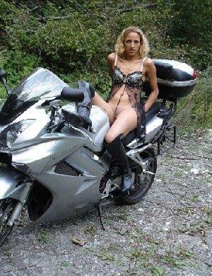 Девка фоткается голой на мотоцикле среди зелени - фото 24