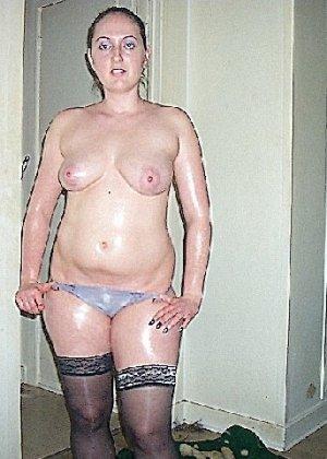 Девушка покрыла себя маслом и начала позировать мужу на кровати - фото 20