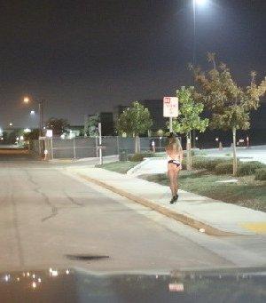 Шлюха ходит по тротуару, ищет клиента, а потом отсасывает тому в машине - фото 11