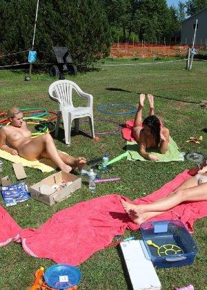 Девки загорают на солнышке в парке, да еще и полностью голышом - фото 25