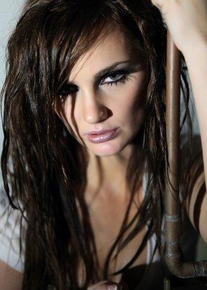 Эротичная Лили Картер в мокрой майке - фото 6