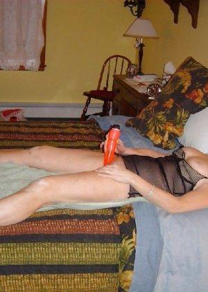 Зрелая замужняя пара любит перебиться минетиком на праздник - фото 7