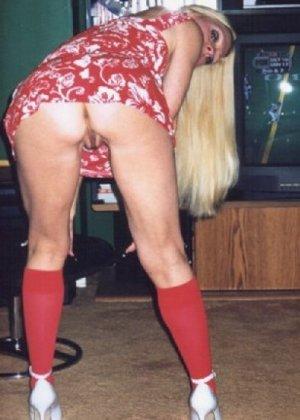 Блонда осталась одна дома и засветила свою киску в камеру - фото 8