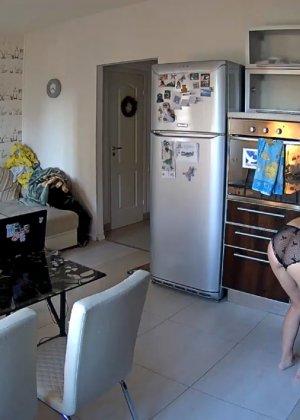 Спрятанная камера постоянно снимает дом и находящихся в нем парней и девушек - фото 75