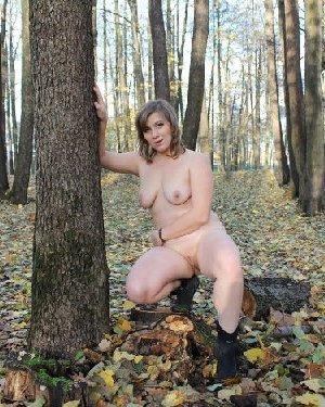Голый осенний фотосет белой пышки в парке с листвой - фото 3