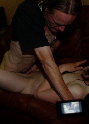 Шлюха Клаудия исполняет любой каприз нанявших ее мужиков - фото 15