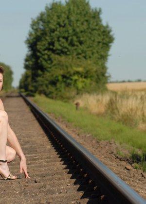 Девушка обнаженной вышла в поле ради отличных снимков - фото 23