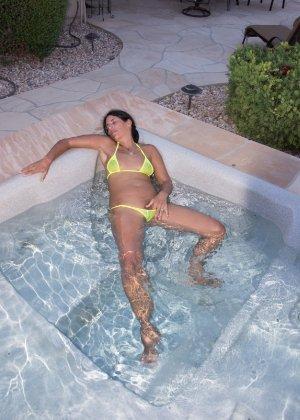 Женщина с большим клитором и в желтом купальнике расслабляется в ванной - фото 1