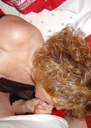 Зрелая замужняя пара любит перебиться минетиком на праздник - фото 6