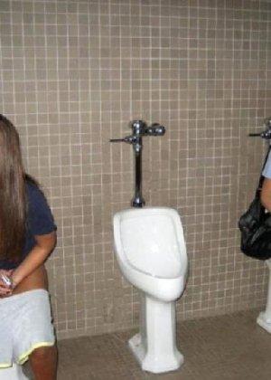 Девчонок подстерегли в туалете, сфотографировали и выложили в сеть - фото 32