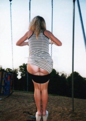 Девчата катаются без трусиков на горках во дворе и сверкают кисками - фото 7