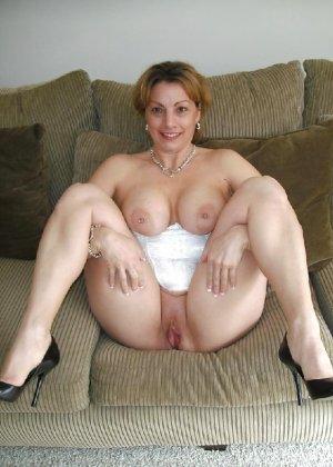 Зрелая женщина выставляет на показ свои прелести в эротическом белье - фото 43