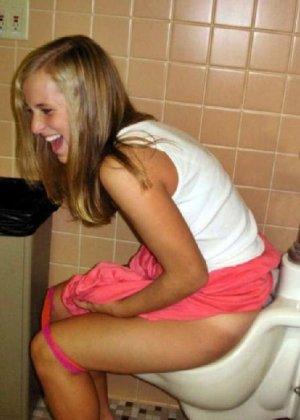 Девчонок подстерегли в туалете, сфотографировали и выложили в сеть - фото 61