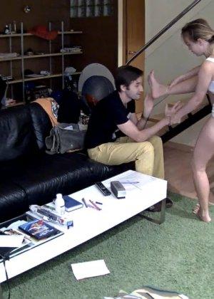 Спрятанная камера постоянно снимает дом и находящихся в нем парней и девушек - фото 44