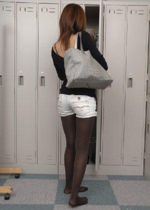 Рыженькая азиатка переодевается в более строгую одежду - фото 1