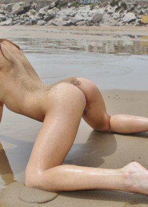 Девчонка сняла прозрачный купальник на пляже - фото 48