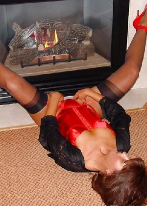 Шикарная женщина соблазняет в красном белье, а потом одевает платье - фото 11