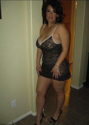 Очень горячая милфа с большой грудью позирует в квартире для всех - фото 13