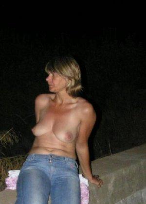 Эта женщина любит показать свою грудь в разных местах - фото 3