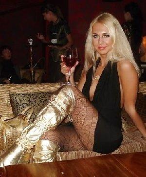 Роскошные женщины в деловых костюмах стоят в неприличных позах - фото 11