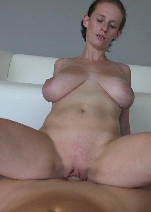 Красавица, с немножко обвисшей грудью, занимается сексом - фото 27