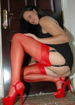 Секси шлюшка позирует в красных чулках перед фотокамерой - фото 6