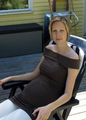 Фотографировал свою беременную жену в разных местах - фото 9