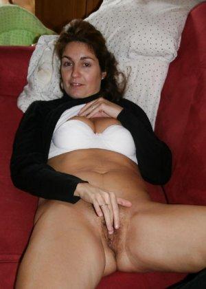 Сексуальная зрелая женщина открывает вид  на все свои дырочки - фото 6