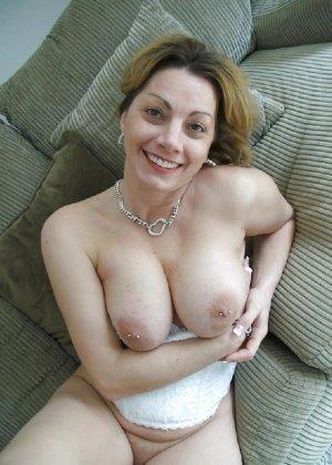 Зрелая женщина выставляет на показ свои прелести в эротическом белье - фото 49