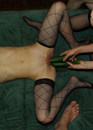 Парочка лесбиянок решила позабавиться с огурцами - фото 1