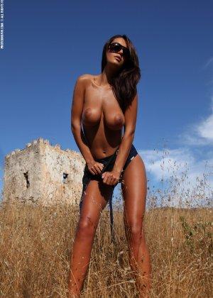 Девушка с большими сиськами фотографируется в поле - фото 11
