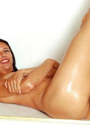 Стройная и зрелая женщина Александра купается в душе - фото 24