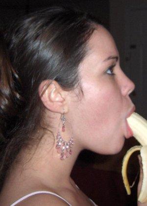 Брюнетка эротично кушает фрукты, и снимается полуголой в квартире - фото 11