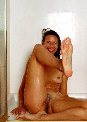 Стройная и зрелая женщина Александра купается в душе - фото 9