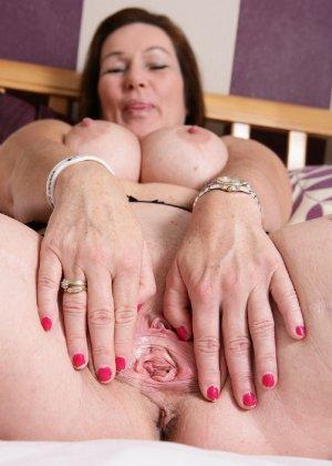 Зрелая британская женщина на все готова в постели - фото 17