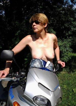 Эта женщина любит показать свою грудь в разных местах - фото 4