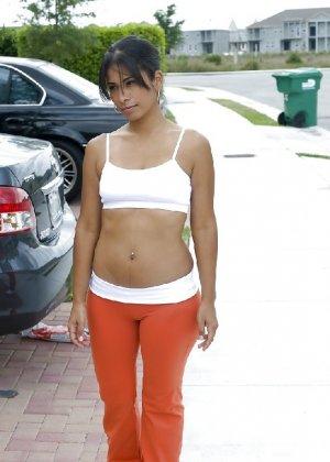 Латино-американка с огромной задницей любит показать ее везде - фото 35