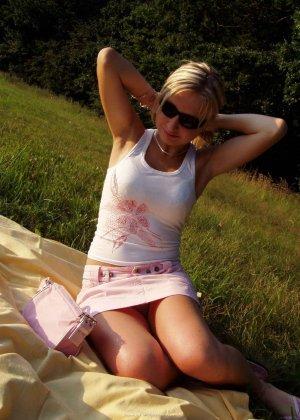 Женщина в тёмных очках показывает свои дырки на отдыхе - фото 18
