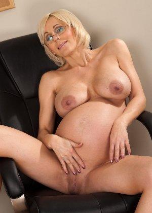 Беременная блондинка с большой грудью снимается на камеру - фото 15